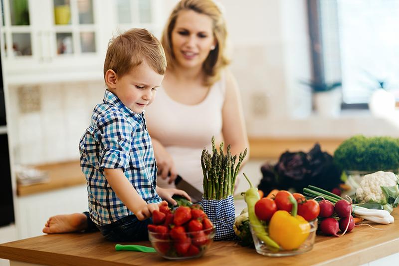 Madre e hijo preparando la comida